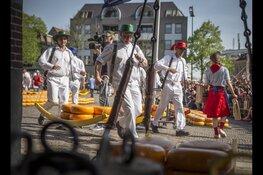 Jarige jubilaris opent Alkmaarse kaasmarkt
