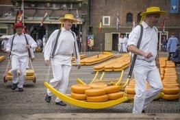 Gedeputeerde Van der Hoek opent Alkmaarse kaasmarkt