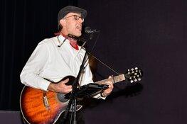 Kees Kaas speelt 'Liedjes voor Later' in raadhuisje van Grootschermer